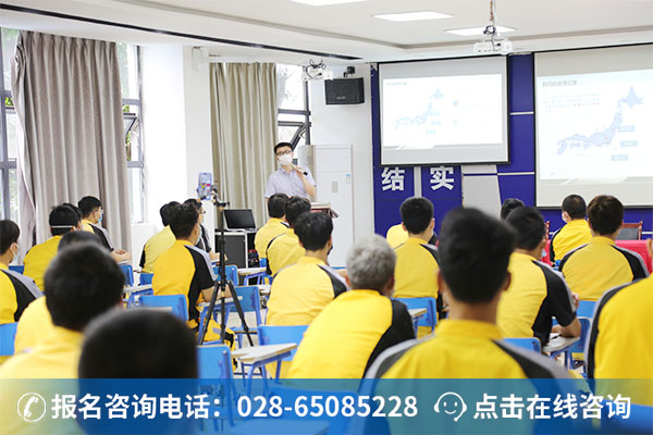 芜湖外经相关负责人正在给学子做斯巴鲁项目宣讲会 (2)